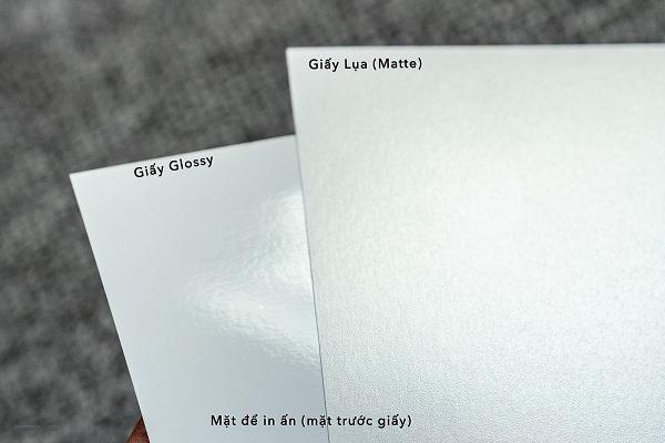 Giấy Glossy có bề mặt nhẵn bóng, mịn màng hơn giấy Matte